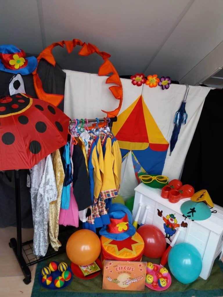 Circus op stelten inhoud verkleedkist