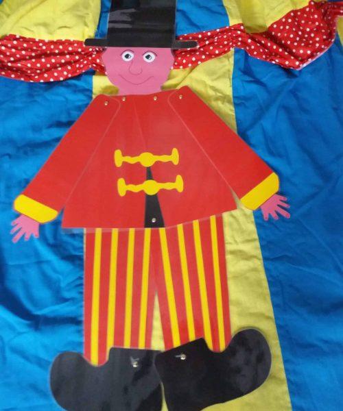 Circusdirecteur Olaf brengt het Circus op stelten weer naar de stad.